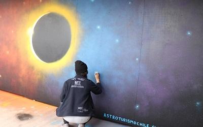 Mural alusivo al eclipse total de sol marca cuenta regresiva para el fenómeno